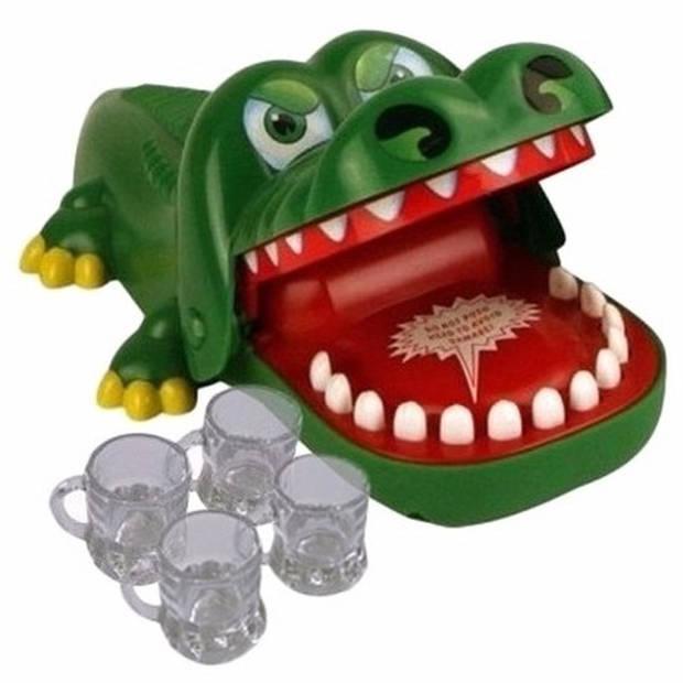 Vrijgezellenfeest spel krokodil met 4 shotglazen - Bijtende krokodil drankspelletje