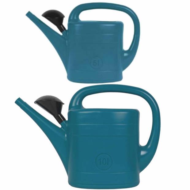 Voordeelset van 2x stuks kunststof tuin gieters 5 en 10 liter blauw - Met sproeikop/broes